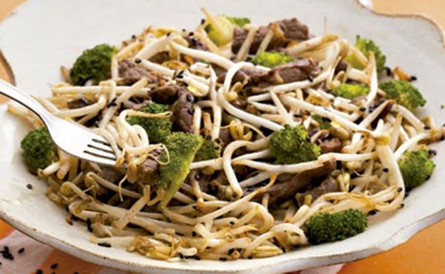Carne com Moyashi e Brócolis