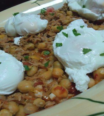 Receita de Grão de Bico com Atum e Ovos Escalfados